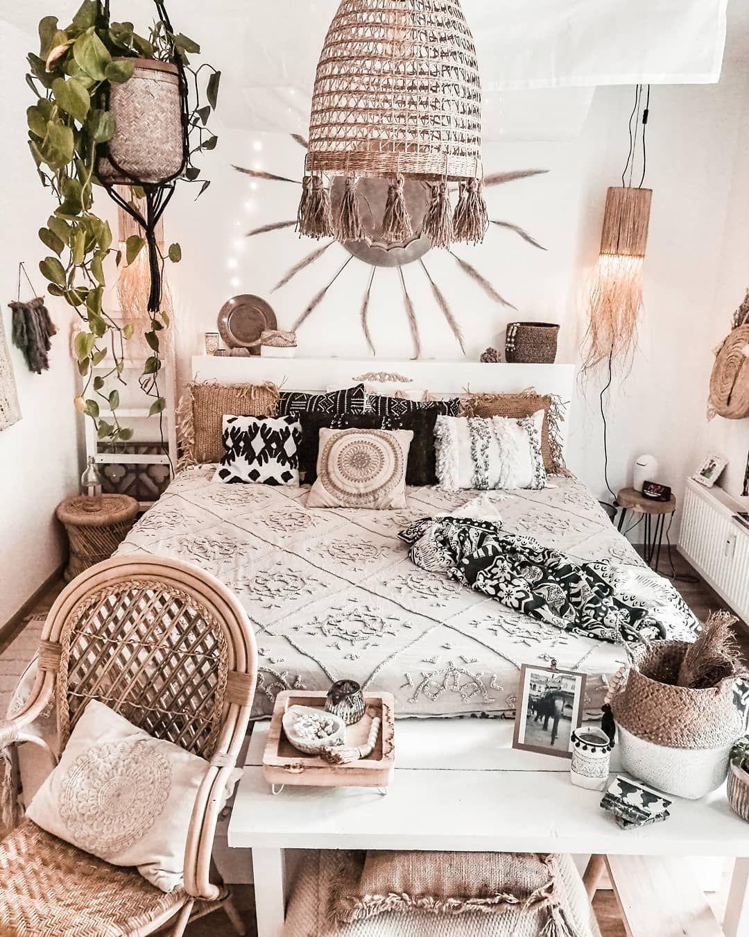 Habitación decorada al estilo boho chic de color blanco y beige con accesorios