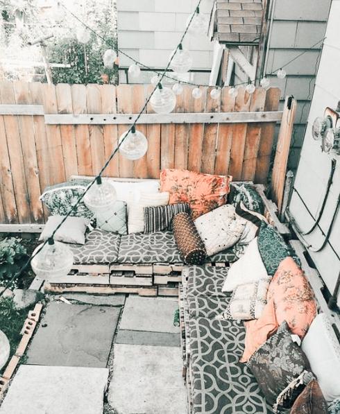 Terraza bohemia con luces y palets